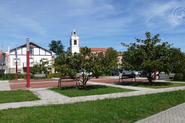 Plaza mayor de Miengo e iglesia