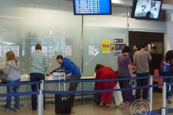 Miles de jóvenes españoles tienen que abandonar España buscando un puesto de trabajo que la política nacional ha sido incapaz de posibilitarles.
