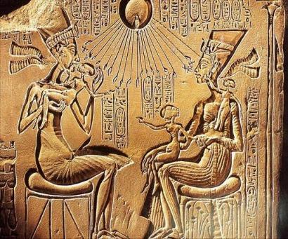 Akhenaton y Nefertiti ante Aton