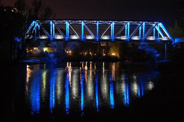 Puente-de-hierro-sobre-el-Duero-en-Soria-iluminado