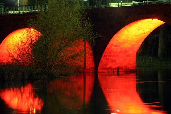 Puente-del-Duero-iluminado-en-Soria-cerca-de-San-Juan-de-Duero