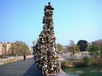 Candados del amor en el puente Milvio