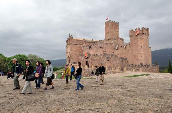 Castillo-de-Javier-y-turistas---Turismo-Reyno-de-Navarra