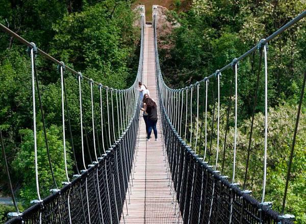 Irisarri-Land-por-el-puente-colgante-foto-Reyno-de-Navarra