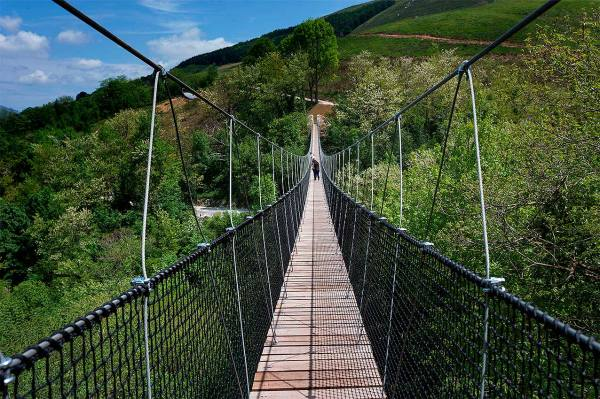 Irisarri-Land-puente-colgante-_Reyno-de-navarra