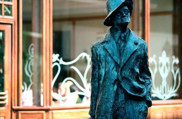 James-Joyce,-estatua-en-calle-de-Dublin