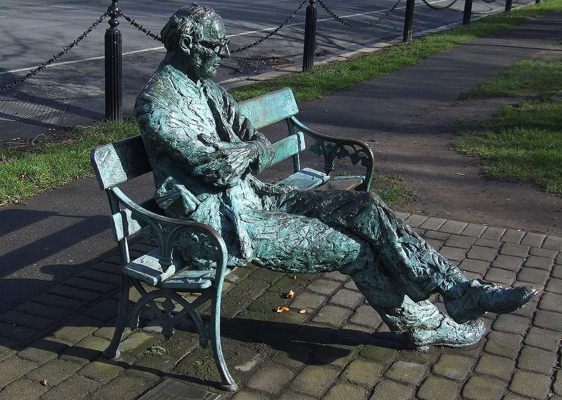 Resultado de imagen para Estatua de Joyce ubicada en una calle de Dublin